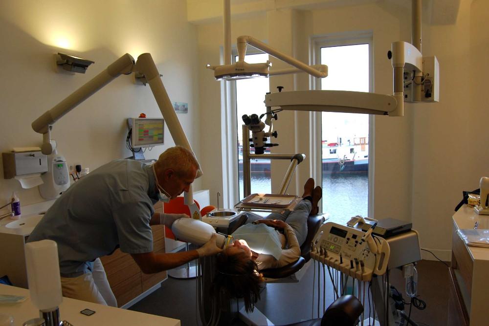 Endodontoloog Eddo aan het werk...