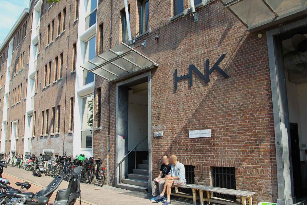 Voor de ingang van het HNK gebouw, lekker in het zonnetje voor je naar de tandarts moet...